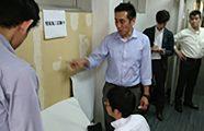 壁装研究会 「不織布壁紙専用糊 施工試験(ハガレ易さ試験)」開催